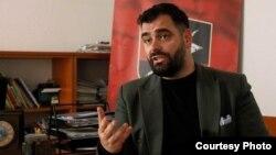 Ragmi Mustafi je na Tviteru objavio da je dobio poziv na saslušanje u Prekršajnom sudu u Vranju, zakazano za 25. mart, i da je okrivljen za kršenje zakona o zastavi Srbije - tačnije, člana koji zabranjuje isticanje zastave strane države ukoliko uz nju ne stoji zastava Srbije.