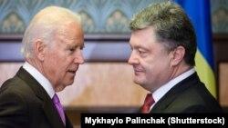 АҚШ вице-президенті Джо Байден (сол жақта) мен Украина президенті Петр Порошенко. Киев, 21 қараша 2014 жыл.