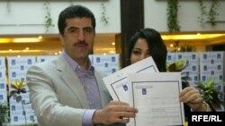 رئيس حكومة إقليم كردستان نيجيرفان بارزاني وعقيلته نبيلة بارزاني يدليان بصوتيهما في أربيل