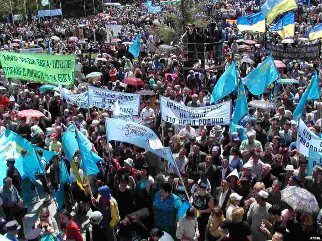 Митинг в День памяти жертв депортации крымскотатарского народа из Крыма на центральной площади Симферополя, 2006 год