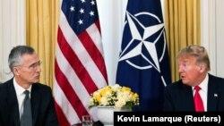 Президент США Дональд Трамп (справа) и генеральный секретарь НАТО Йенс Столтенберг перед началом саммита в Уотфорде. Лондон, 3 декабря 2019 года.