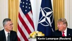 Sekretari i Përgjithshëm i NATO-s, Jens Stoltenberg dhe presidenti i SHBA-së, Donald Trump në Samitin e NATO-s