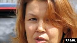 Қамауда жатқан Мұхтар Жәкішевтің әйелі Жәмила Жәкішева.Алматы, 31 шілде, 2009 жыл.