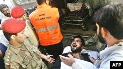 یکی از اسلامگرایان زخمی مستقر در مسجد لال در حال انتقال به بیمارستان