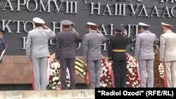 Военные у мемориала Вечного огня в Душанбе. 9 мая 2014 года.