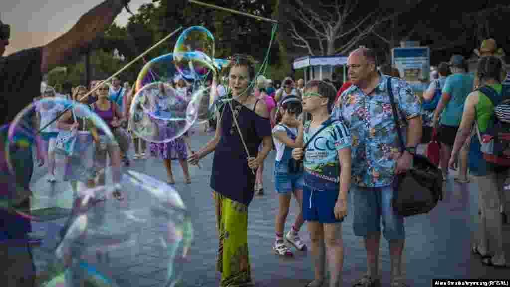 Шоу мильних бульбашок на набережній