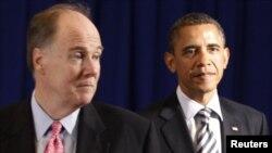 تام دانیلون (راست) همراه با باراک اوباما، رییس جمهوری آمریکا.
