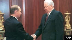 Președintele Boris Yeltsin cu Vladimir Putin, secretar al Consiliului rus de Securitate și șef al FSB la acea vreme