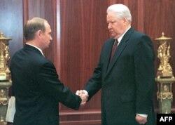 Ruski predsednik Boris Jeljcin, rukuje se sa tadašnjim šefom Federalne službe bezbednosti Rusije (FSB) 6. jula 1999.