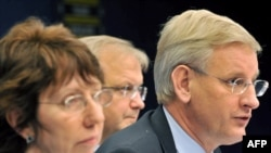 Белгия -- Еврошаркеттин тышкы иштер министри Кэтрин Эштон жана Швециянын тышкы иштер министри Карл Билдт,еврокомиссар Оли Рен Брюсселдеги маалымат жыйынын өткөрүп жатышат.
