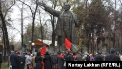 Собрание коммунистов у памятника Ленину в Алматы. 7 ноября 2014 года.