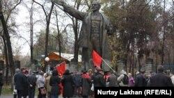 Сторонники Коммунистической партии у памятника Ленину. Алматы, 7 ноября 2014 года.