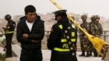 Полицейский проверяет документы у мужчины в Синьцзян-Уйгурском автономном районе Китая. Иллюстративное фото.