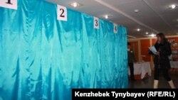 Алматыдағы №263 сайлау учаскесінде дауыс беруге келген сайлаушы. 15 қаңтар 2012 жыл.