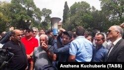Протесты у здания парламента в Сухуми
