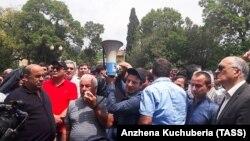 Протесты у здания парламента самопровозглашенной республики Абхазия