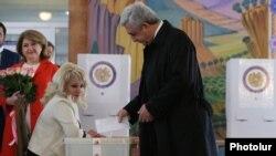 Președintele Serj Sarkisian, votând la Erevan
