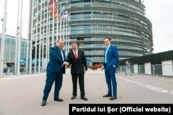 Ilan Shor (centru), Fulvio Martusciello (stânga) și Alberto Cirio la Parlamentul European de la Strasbourg
