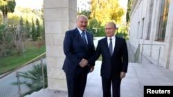 Аляксандар Лукашэнка і Ўладзімер Пуцін падчас сустрэчы ў Сочы 7 сьнежня