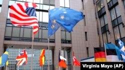 Flamuri i SHBA-së dhe vendeve evropiane.