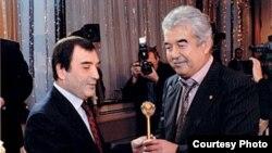 Salim Abduvaliyev sobiq davlat maslahatchisi¸ marhum Alisher Azizxo'jayev bilan birga.