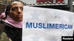"""Америкалық азаматша """"Мен де мұсылманмын"""" деген қолдау плакатын көтеріп тұр. Нью Йорк, 6 наурыз 2011 жыл. Көрнекі сурет"""