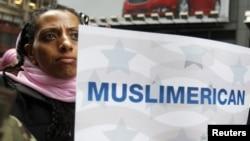 АКШда мусулмандардын радикалдашуусу боюнча угууга каршы нааразылык акциялары өткөн. Нью-Йорк, 6- арт, 2011-жыл.