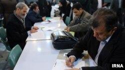 گروهی از شهروندان در حال نامنویسی برای انتخابات