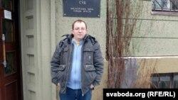 Алесь Ляўчук каля суду Маскоўскага раёну Берасьця.