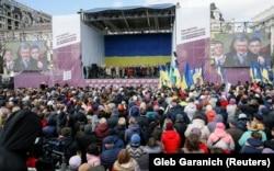 Люди слухають виступ президента України Петра Порошенка під час його виступу на мітингу у столиці України. Київ, Михайлівська площа, 17 березня 2019 року