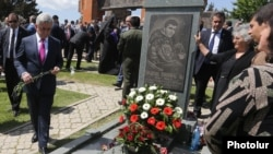 Nagorno-Karabakh - Armenian President Serzh Sarkisian lays flowers at a military cemetery in Stepanakert, 9May2017.