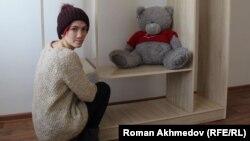 Бывшая воспитанница детского дома Светлана Назарова собирает шкаф, Алматы, 25 января 2017 года.