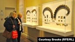 Нью-Йорктегі көшпенділер мәдениеті көрмесіне келушілер.