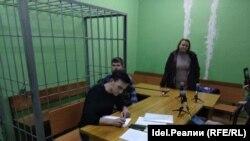 Зал заседания. Олег Бурылов (справа), юрист Данил Нургалеев (слева)