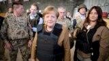 """В 2013 году Ангела Меркель посетила расположение военнослужащих бундесвера, участвовавших в операции в Афганистане, и примерила бронежилет. В политике канцлера тоже отличает умение оставаться """"непробиваемой"""""""