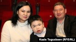 Супруги Руслан Сармурзаков и Ляззат Тюменбаева с сыном Алимжаном, страдающим редкой болезнью — мукополисахаридозом. Алматы, 29 февраля 2016 года.