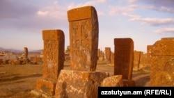 Средневековое армянское кладбище в Норадузе