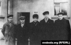 Рыгор Барадулін (у цэнтры) з суседзямі па інтэрнаце БДУ. 1950-я гады