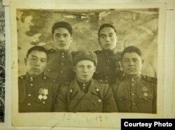 Садыр Мамбеткожоев (первый слева).