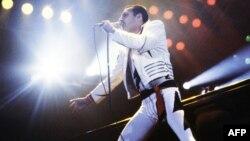 "Freddie Mercury na koncertu grupe ""Queen"", Pariz, 1984."