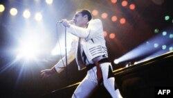 Freddie Mercury na koncertu u Parizu, septembar 1984. l