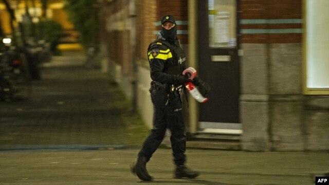 Поліція Нідерландів чергує на місці арешту громадянина Франції в Роттердамі, 27 березня 2016 року