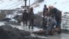 Жители Бишкека собирают и продают угольные отходы с местной ТЭЦ