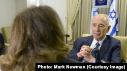 Journalist Farnoush Ram (L) interviewing Israeli President Shimon Peres for Radio Farda, 21Mar2014