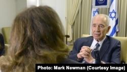 شیمون پرز در مصاحبه با فرنوش رام. عکاس: مارک نیومن عکس: دفتر مطبوعاتی