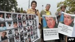 Majke Srebrenice na protestu isred Suda za ljudska prava sa posterom Radovana Karadžića, oktobar 2012.