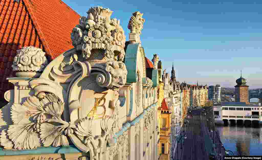 Гротескно лице гледа към Вълтава от покрива на Гьоте Институт в Чехия.