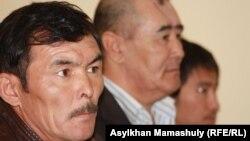 Жәбірленуші Ержан Төлешов (сол жақта). Ақтау, 25 сәуір 2012 жыл.