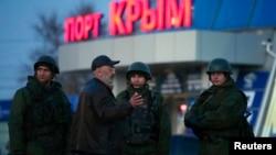 Люди в военной форме без опознавательных знаков. Крымский город Керчь, 3 марта 2014 года.