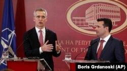 Генсек НАТО с премьером Македонии Зораном Заевым